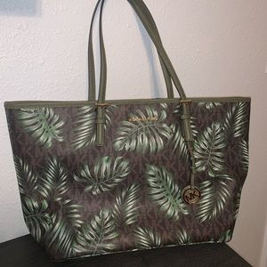 EUC Michael Kors Large Jet Set Palm Leaf Tote